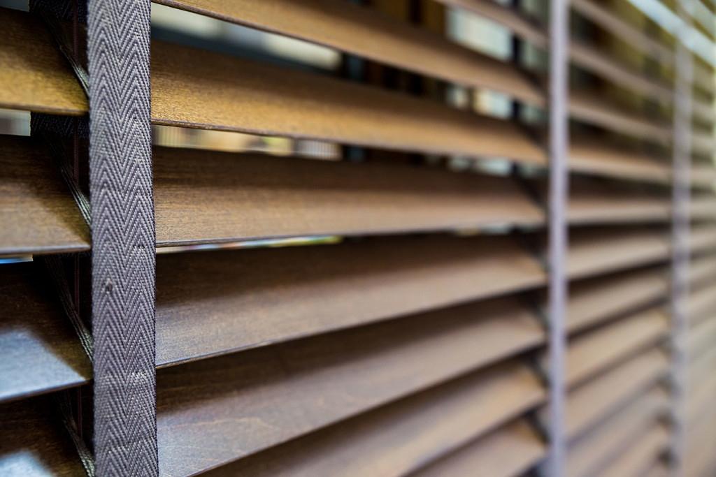 Żaluzje drewniane - różne kolory i wzory - Nowoczesny Dom Chodzież